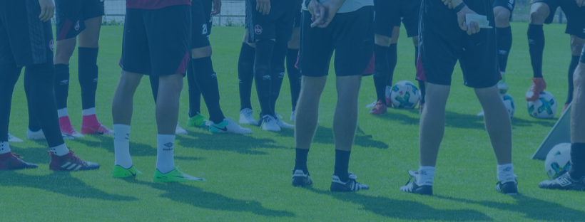 jugadores-de-futbol-escuchando-una-charla-en-el-entrenamiento