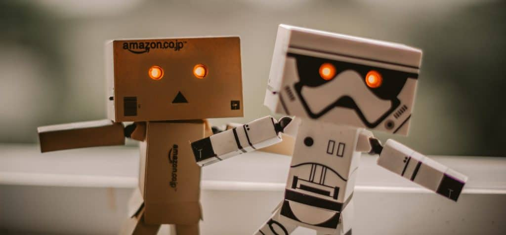 dos-androides-chiquititos-blanco-y-marron-personificando-automatizacion