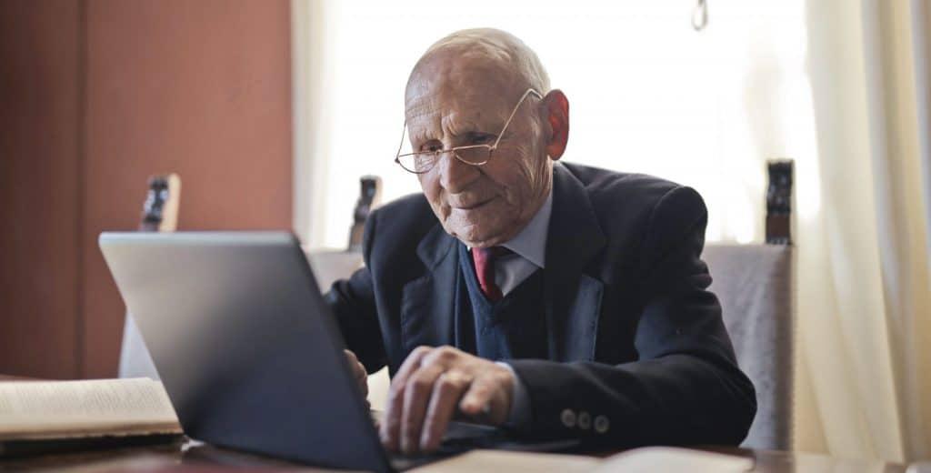 señor-mayor-serio-utilizando-portatil-sobre-una-mesa-quizas-usando-bethunter